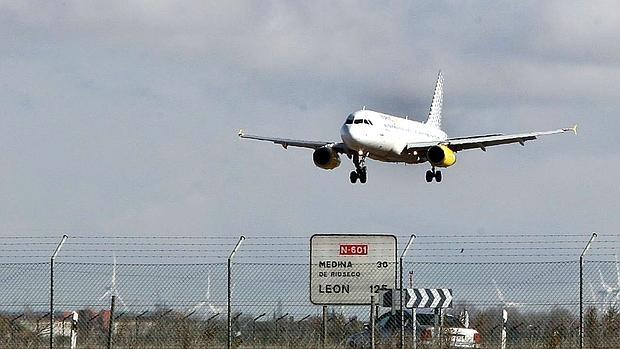 Un avión despegando del aeropuerto de Villanubla, en una imagen de archivo
