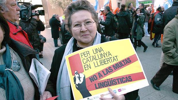 Una mujer se manifiesta contra las multas lingüísticas en Arenys de Mar