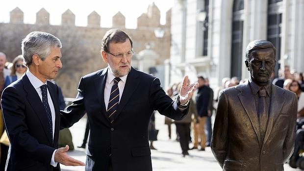 Adolfo Suárez Illana y Mariano Rajoy en un acto de campaña ante la estatua de Suárez en Ávila