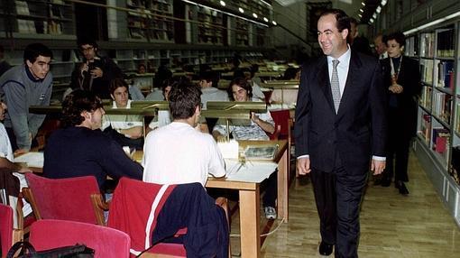 El presidente Bono visita la biblioteca, recién inaugurada