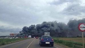 Un espectacular incendio calcina una fábrica de embutidos de León