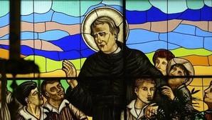Vidriera de la parroquia con la imagen de San Juan Bosco rodeado de niños, icono del templo