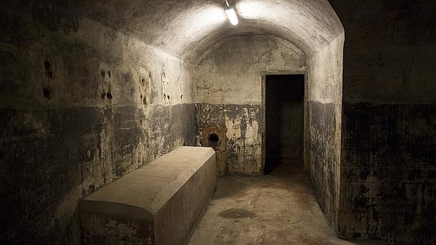 Una de las salas del búnker, sin restaurar y pintada de negro por el rodaje de una película