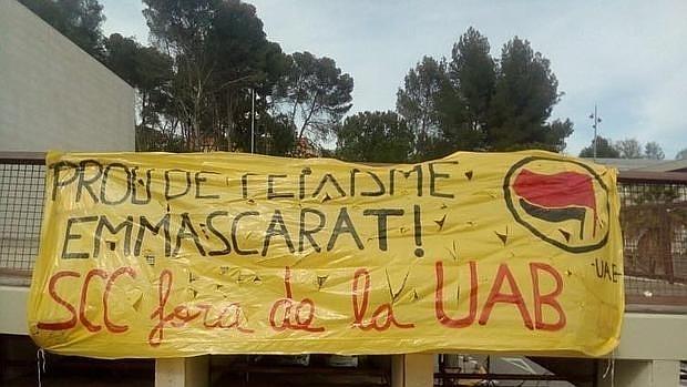 Pancarta en contra de la presencia de SCC en la UAB