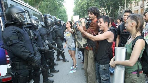 Varios jovenes increpan a los mossos d'Esquadra