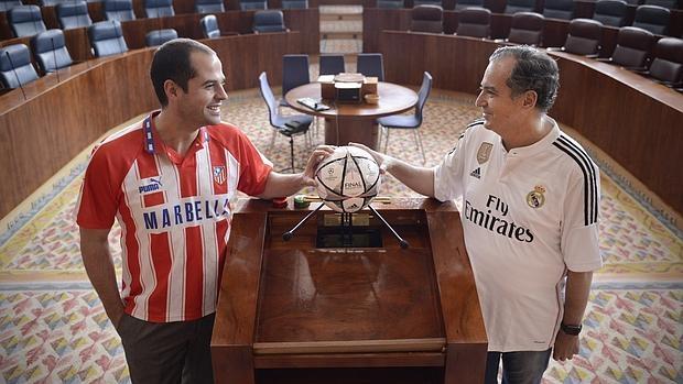 Ignacio Aguado (Ciudadanos) y Enrique Ossorio (PP), con el balón de la final de Milán en el hemiciclo de la Asamblea de Madrid