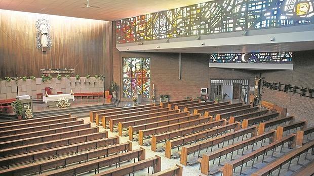 Las vidrieras del templo están realizadas por artesanos de Irún y retratan a los cuatro Evangelistas y a Cristo