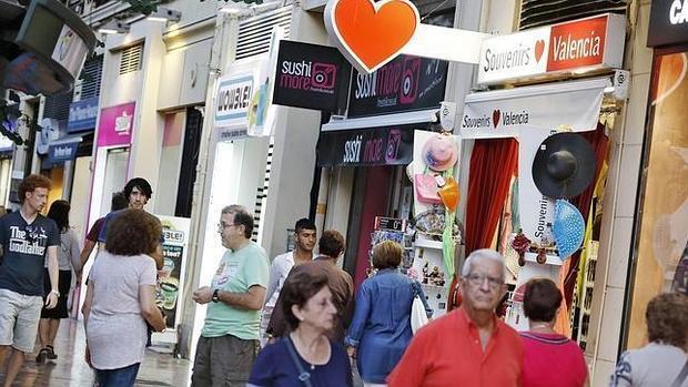 Imagen de archivo de varios comercios de la ciudad de Valencia