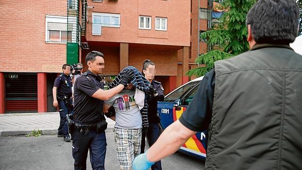 La Policía Nacional traslada al presunto parricida, ayer, del domicilio a comisaría