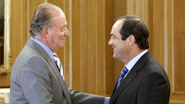 Don Juan Carlos junto a José Bono, exministro socialista que ha asistido este jueves a la presentación del libro «Con el Rey y contra el Rey: los socialistas y la Monarquía»