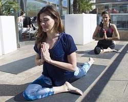 Marta Nieto y Toni Acosta, practicando yoga en la azotea del Hotel Urban