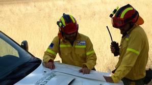 Dos agentes medioambientales consultan un mapa durante una salida
