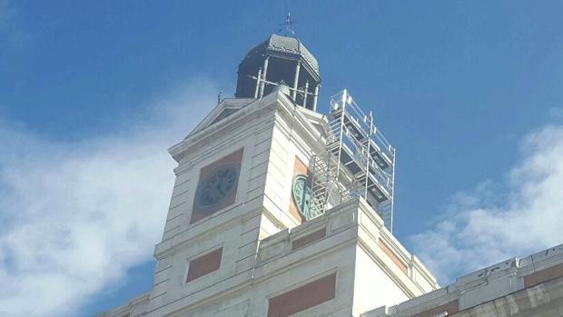 Andamios, ayer, en la parte lateral del templete del reloj de Sol