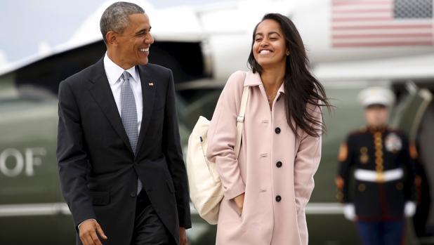Barack Obama y su hija Malia, en el aeropuerto de Chicago, el pasado abril