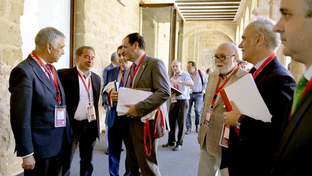 El presidente de la Diputación conversa con alguno de los ponentes en el simposio sobre Patrimonio de Huete