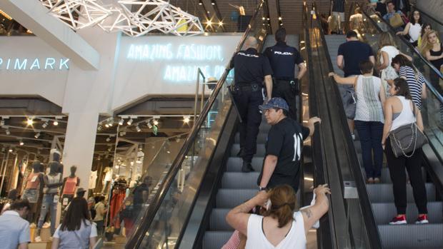 Los policías, que se conocen bien la tienda, atienden el aviso por robo