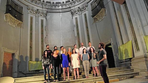 Los jóvenes miembros del Coro Sintagma, con la arquitecta Emanuela Gambini en el centro, ayer en la iglesia de las Comendadoras