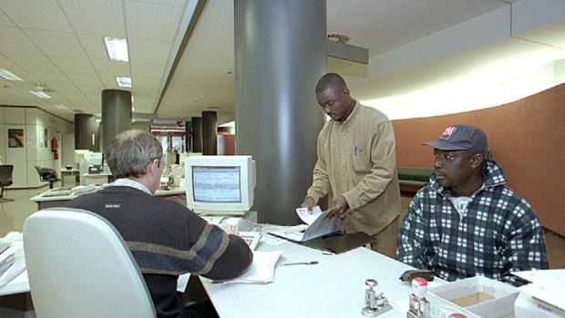 El xodo de extranjeros hunde la demograf a de arag n for Oficina de extranjeros madrid