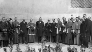 En el IV Centenario de la muerte del cardenal, en 1917, se le dedicó a Cisneros la calle de la Puerta Llana, junto a la puerta de Reyes