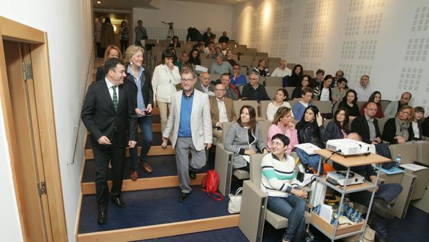 El conselleiro de Cultura, Román Rodríguez, con los participantes en las jornadas