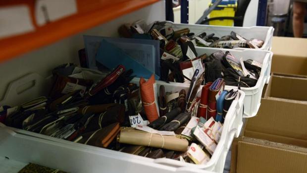 Una aleta un gps un aud fono o un soldador los extra os objetos olvidados de los madrile os - Oficina de objetos perdidos ...