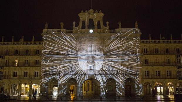 Ensayos de las diversas obras que se proyectarán en el Festival de luz y vanguardias en varios edificios históricos de Salamanca