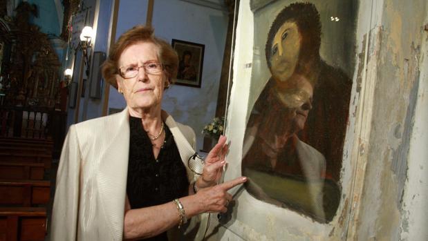 Cecilia Gimenez, junto a su fracaso de restauración del Eccehomo que se hizo famosa en todo el mundo