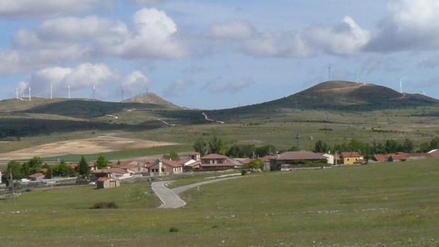Vista del pueblo de Campisábalos con la sierra detrás