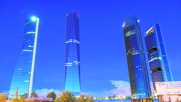 Vista aérea nocturna de Madrid ocn las Cuatro Torres