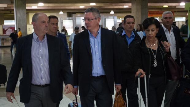 El exministro de Justicia Alberto Ruiz-Gallardón junto a María Antonieta de López , madre de Leopoldo López, a su llegada a Venezuela