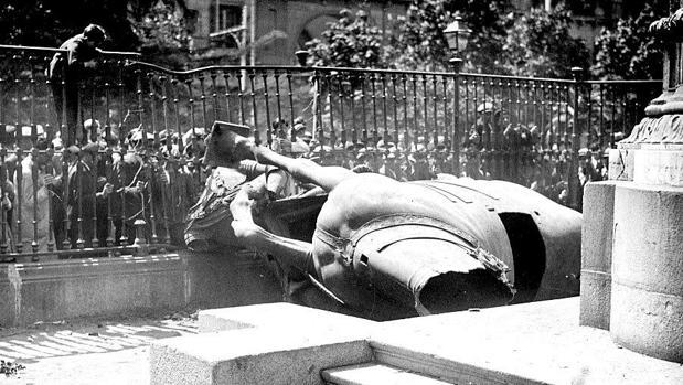 La estatua de Felipe III, destruida en el suelo, el 14 de abril de 1931