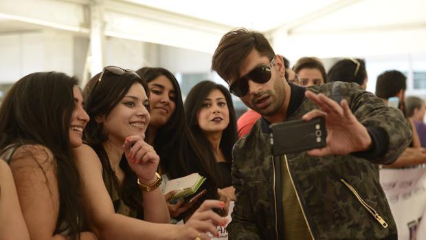 El actor Karan Singh se hace un «selfie» con un grupo de fans ayer, en el aeropuerto madrileño
