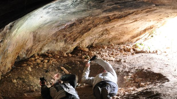 Investigadores analizando restos pictóricos en la Cueva de la Fuente del Trucho (Huesca)