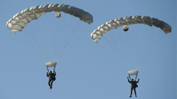 En estos ejercicios participan más de 600 paracaidistas de las Fuerzas Armadas españolas