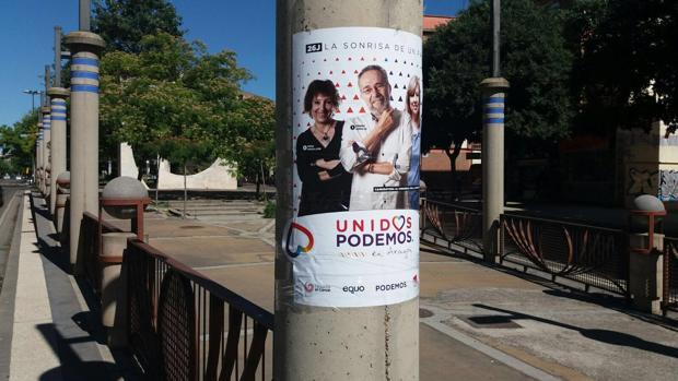 Cartel de Unidos Podemos pegado en equipamiento público municipal, donde está prohibido colocar propaganda
