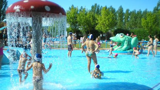 Cinco de las mejores piscinas para refrescarse este verano for Piscinas leon valencia don juan
