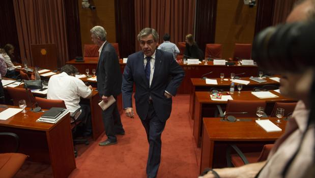 el parlamento catal n destituye a de alfonso por el caso