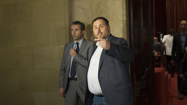Oriol Junquetas a la salida del parlamento catalán