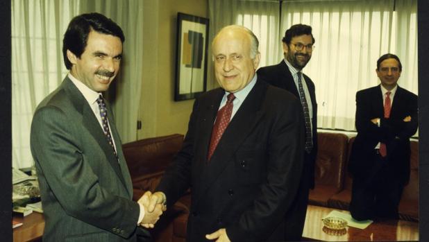 Aznar y Arzalluz escenifican su acuerdo; en seguno plano, Rajoy y Anasagasti