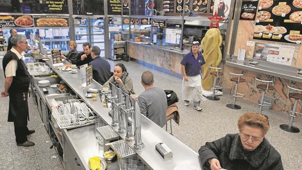 Bar «El Brillante», en la glorieta de Atocha, donde sirven los bocadillos de calamares más famosos de Madrid