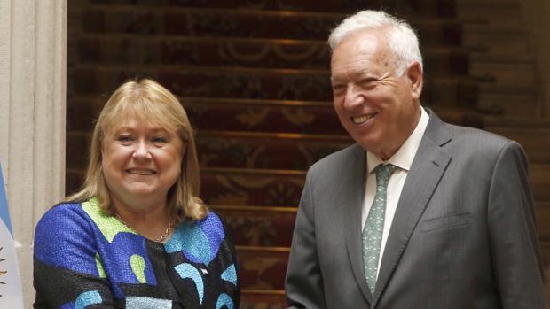 El ministro de Asuntos Exteriores en funciones, García-Margallo, junto a la canciller argentina, Susana Malcorra