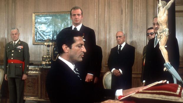Imagen de archivo de Adolfo Suárez jurando su cargo ante el Rey Don Juan Carlos