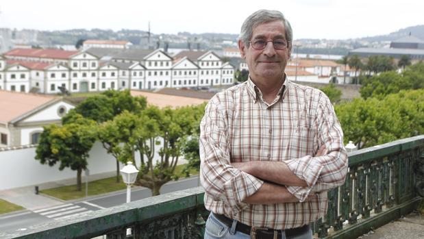 Juan con Ferrol al fondo, la ciudad en la que ha decidido echar raíces
