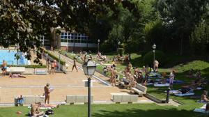 Carmena autoriza un «día sin bañadores» en las piscinas de Madrid