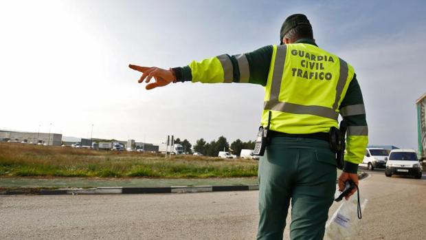 Un guardia civil da el alto a un conductor