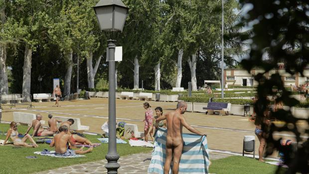 «Día del bañador opcional» celebrado el año pasado en la piscina municipal de la Casa de Campo