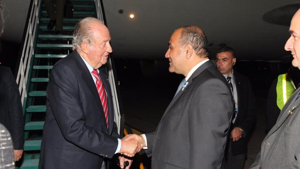 El Rey Juan Carlos fue recibido este viernes por el gobernador de Tucumán en el aeropuerto internacional Benjamín Matienzo en Tucumán