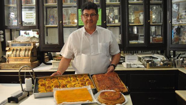 Hojaldres dulces y salados y originales torrijas son los productos más vendidos en esta antigua pastelería