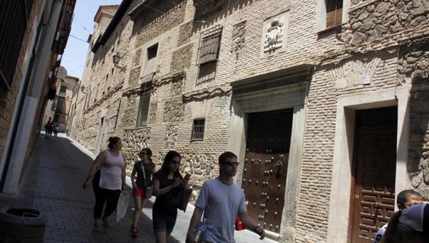 Un grupo de turistas pasan por delante del convetno de Santa Úrsula, donde antes un cartel anunciaba la venta de mazapán elaborado por la comunidad de monjas de clausura