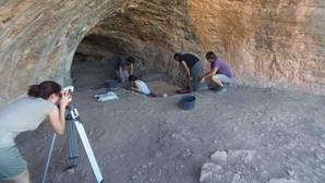 Los arqueólogos de la Universidad de Alicante, en el lugar del hallazgo.